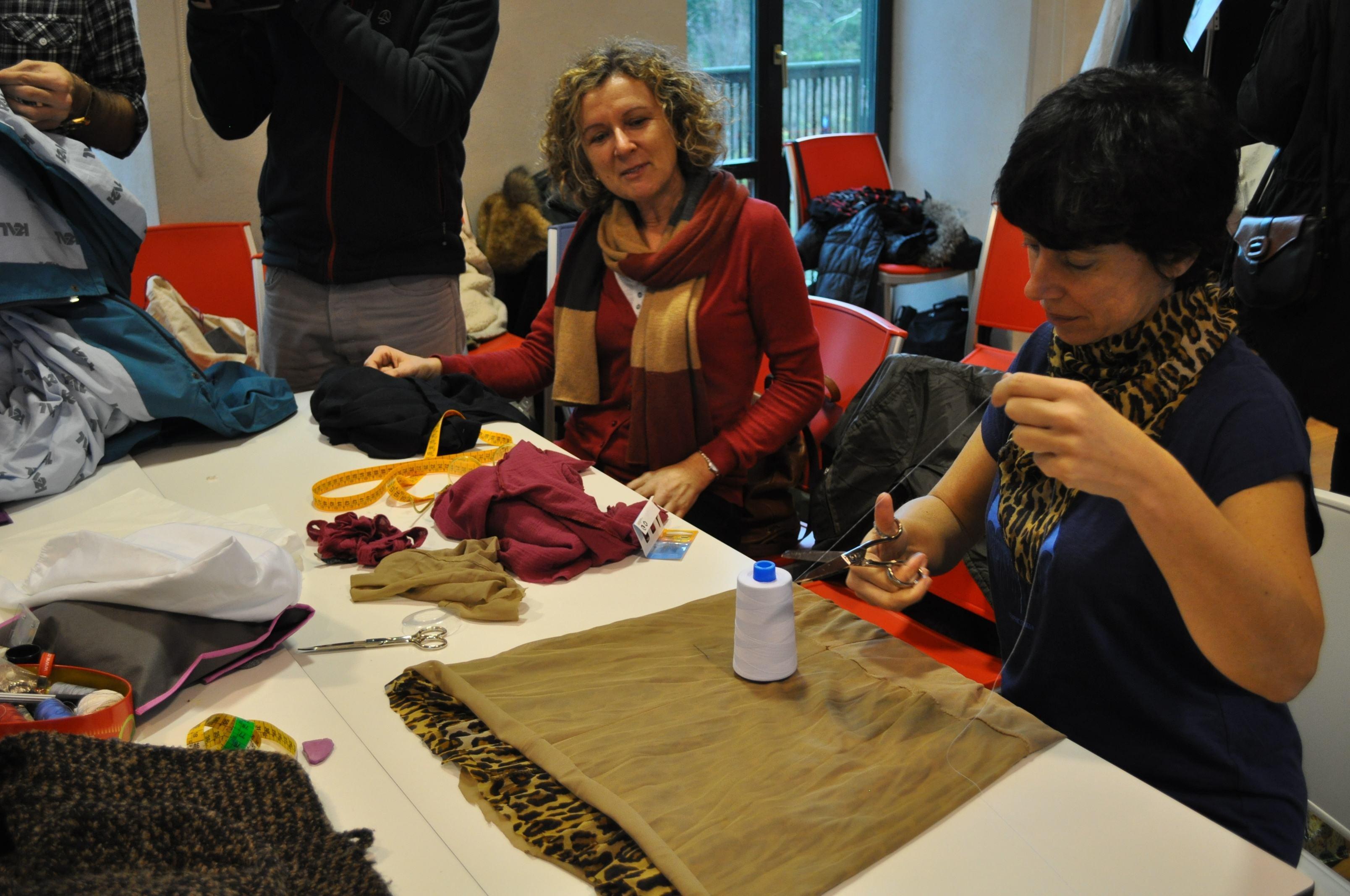 Dos participantes en el taller de costura.