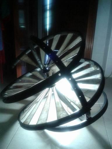 Lámpara hecha con ruedas de bicicleta. Elosegi.