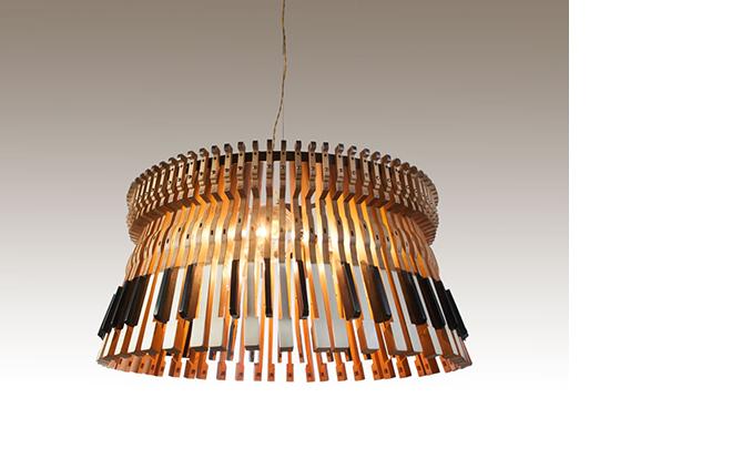 Lámpara creada a partir de las teclas de un piano.