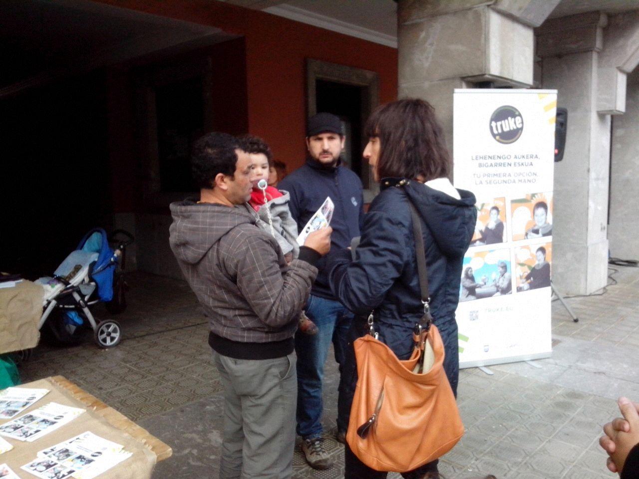 Unos visitantes piden información.