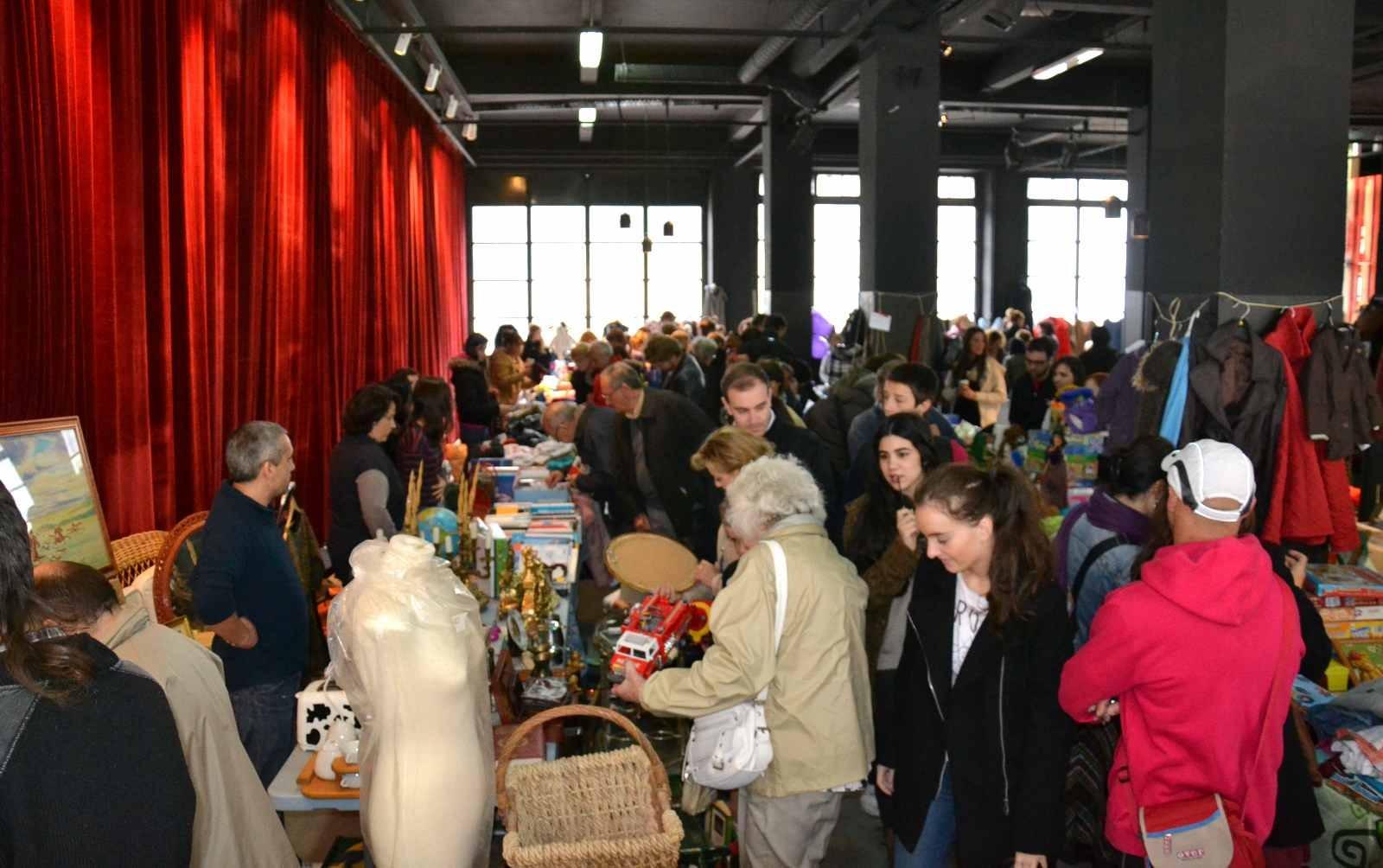 El mercado Donostitruk lleno de visitantes.