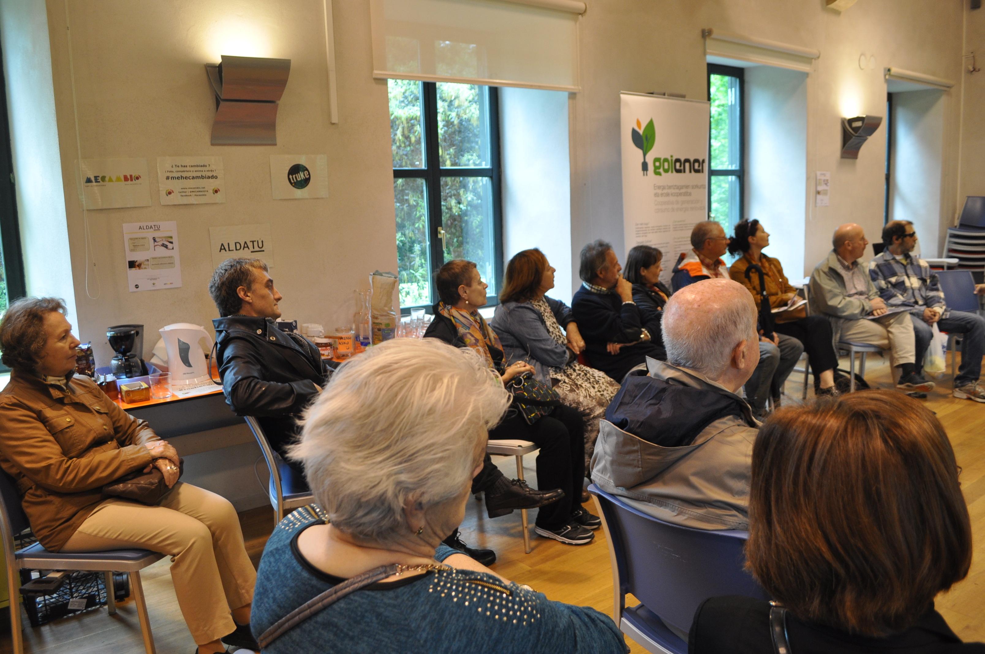 Un grupo de personas escucha atentamente.