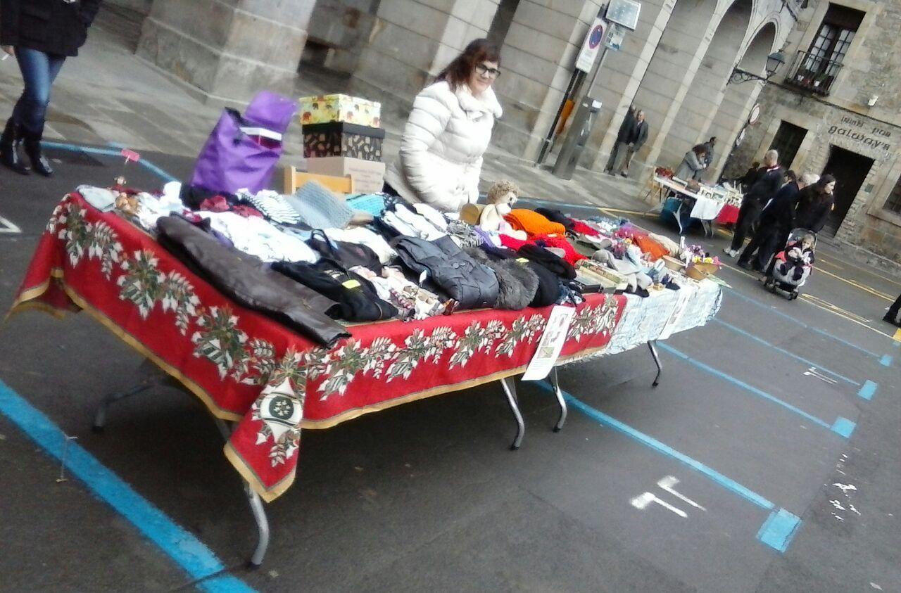 Un puesto de ropa en el mercado de hace unos meses.