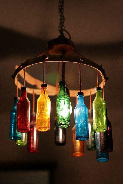 Botellas de cristal convertidas en una preciosa lámpara.