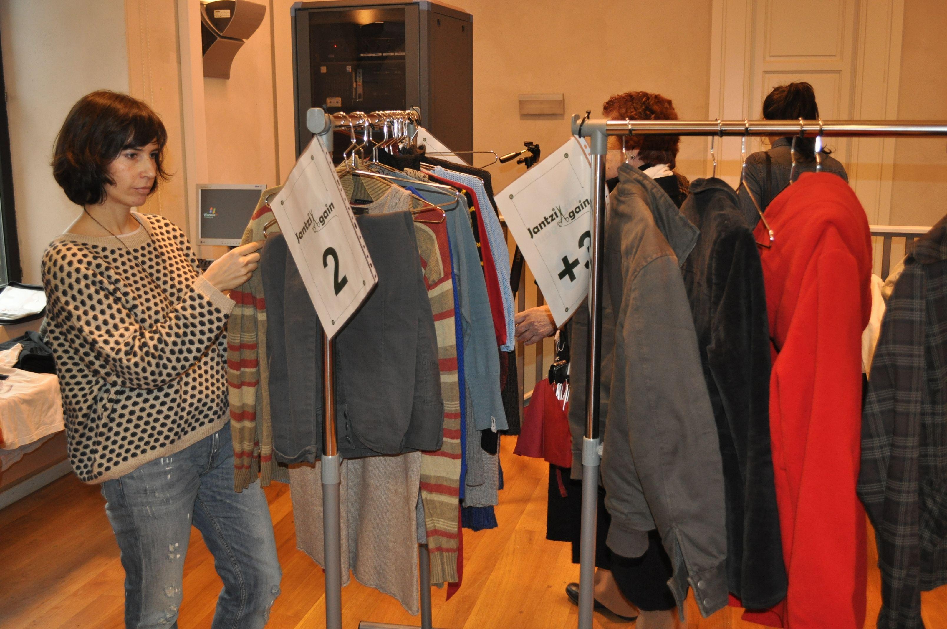 El mercadillo de ropa de segunda mano.