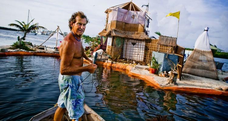 Richart Sowa posa frente a su isla.