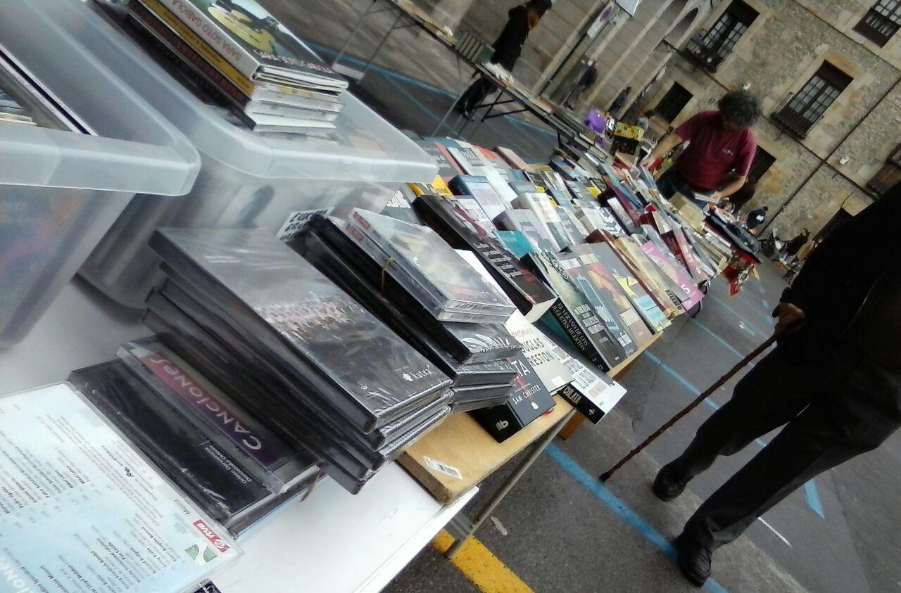 Un puesto repleto de libros y películas de segunda mano.