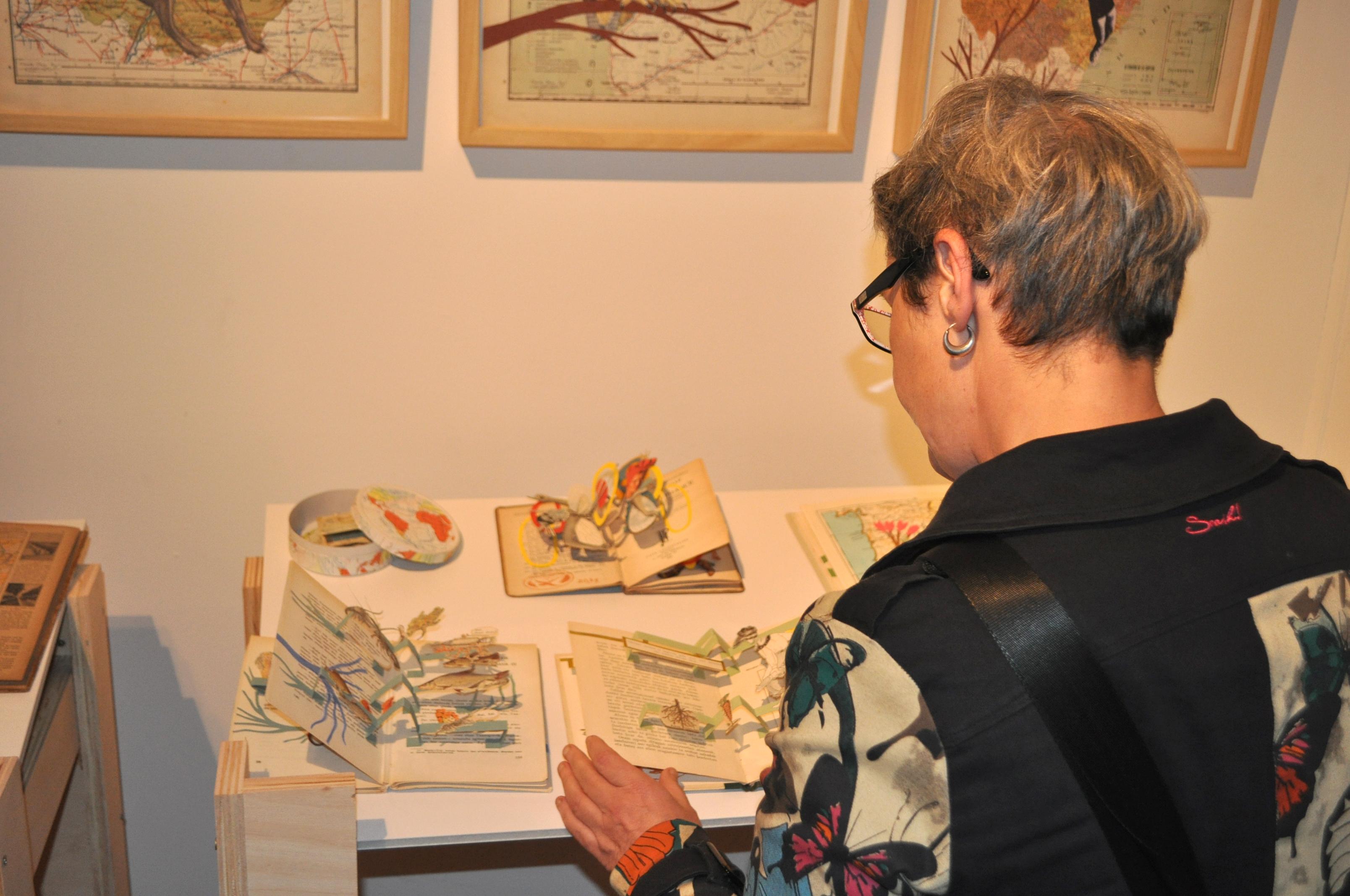 Una visitante en la exposición..