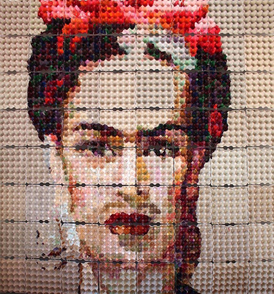 Frida Kahlo. Cuadro creado por la artista Verónica Arellano, con hueveras recicladas.
