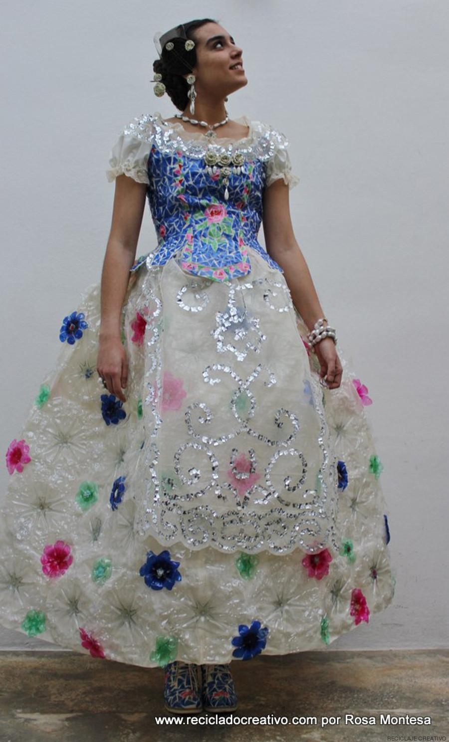 El vestido se ha hecho con materiales reciclados.