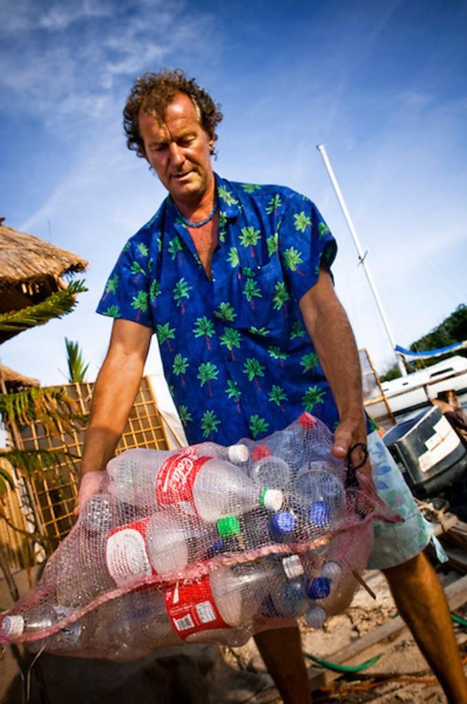 Sowa muestra un montón de botellas de plástico.