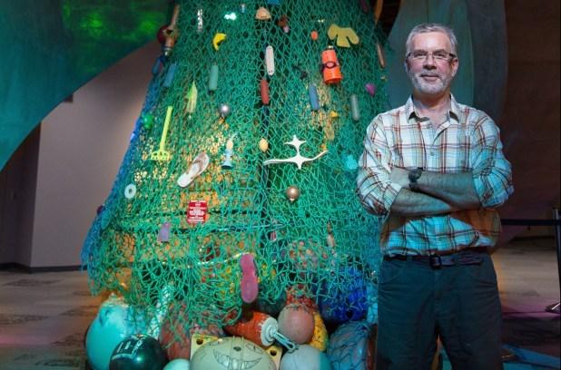 Pete Clarkson con el árbol del Aquarium de Vancouver..