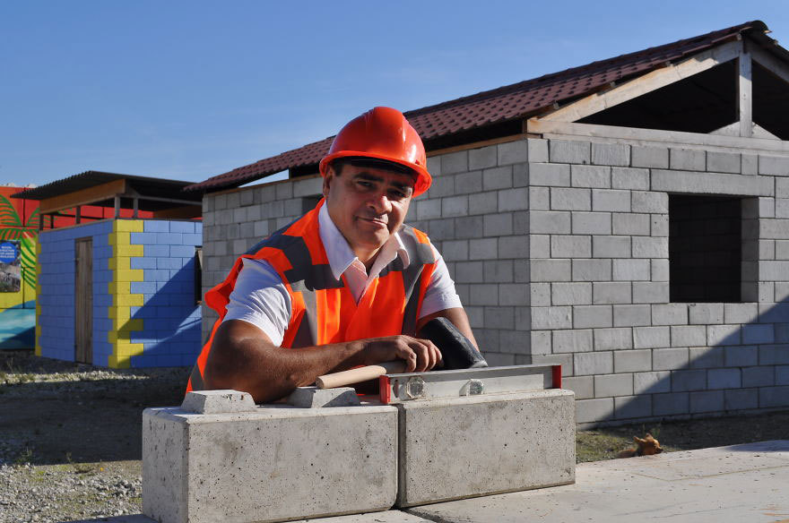 Un trabajador posa junto a los bloques de construcción.