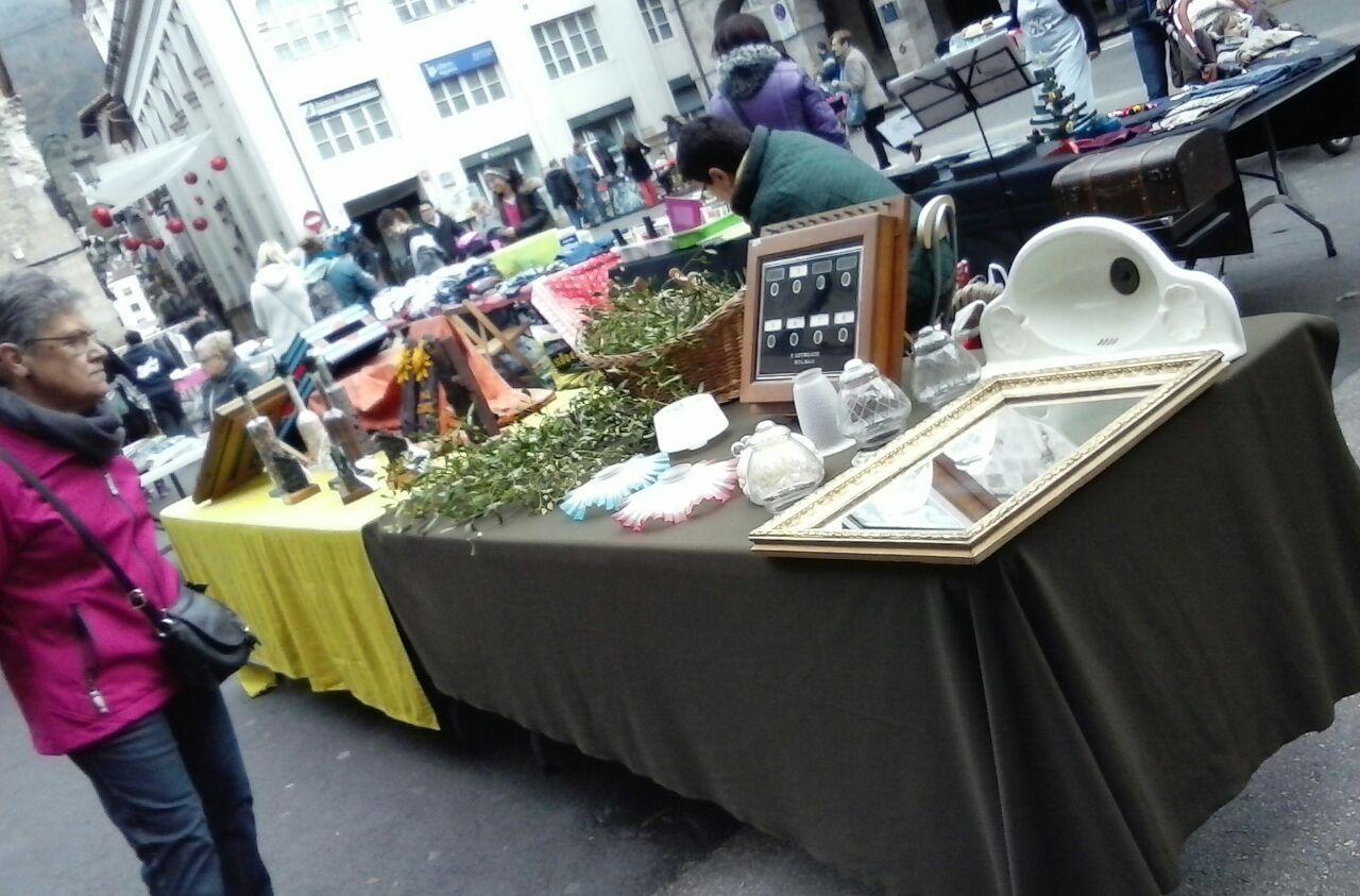 Bigarren eskuko postuak Bergarako San Martin Plazan.
