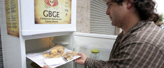 Alvaro Saíz, ekimenaren sustatzailea, hozkailu solidarioarekin. Argazkia: EFE/Luis Tejido.