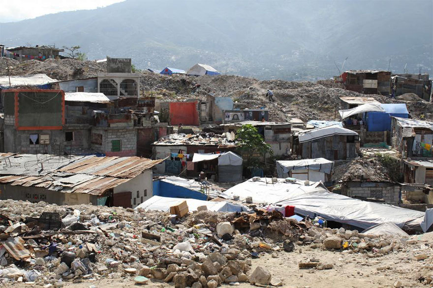 Haiti, lurrikararen ondorioz pilatutako zaborrez gainezka.