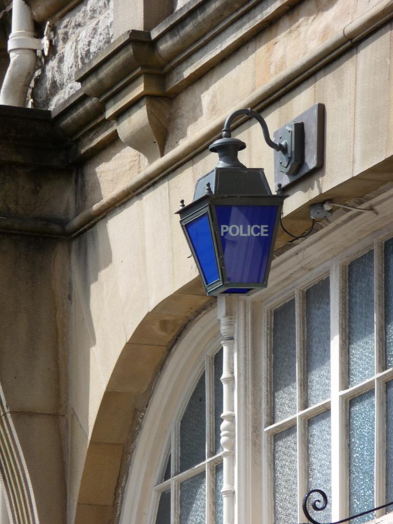 Polizia-etxe baten sarrera.
