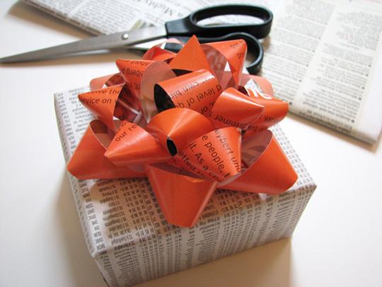 Regalo envuelto con papel reciclado.